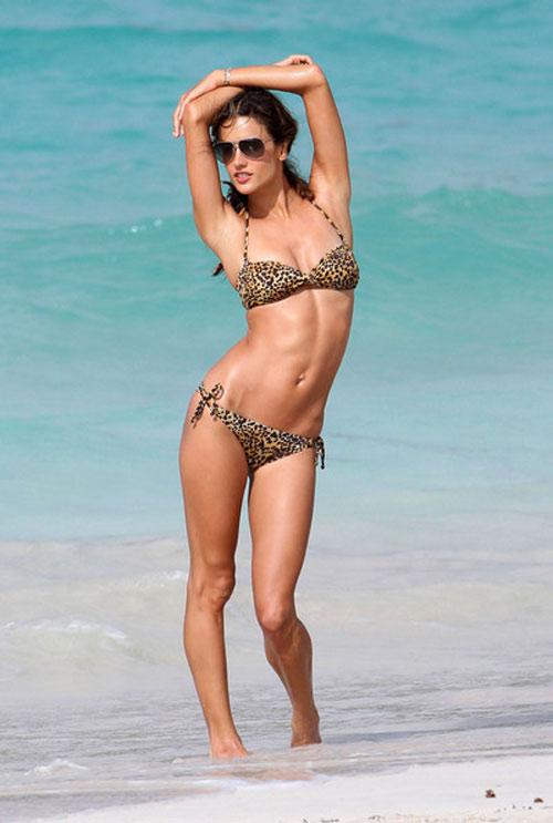 """Bộ sưu tập bikini nhỏ xíu cực đẹp của """"bom sex Brazil"""" - 11"""
