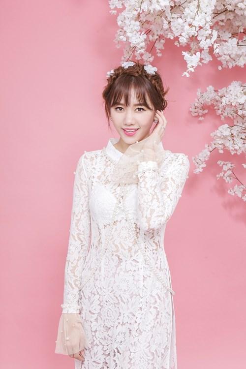 Hari Won xinh như búp bê với áo dài ren lạ mắt - 4