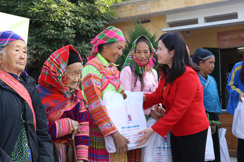 Tâm Bình tặng quà Tết và khám chữa bệnh miễn phí cho người nghèo - 1