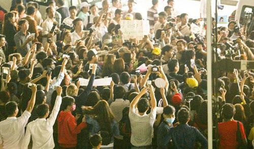 Hàng trăm fan Việt quây kín T-ara khiến sân bay náo loạn - 2