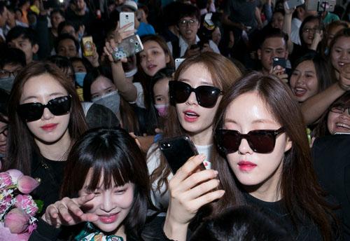 Hàng trăm fan Việt quây kín T-ara khiến sân bay náo loạn - 6
