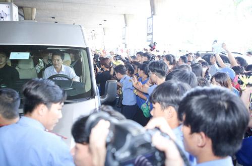 Hàng trăm fan Việt quây kín T-ara khiến sân bay náo loạn - 7