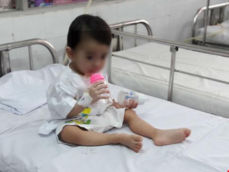 Bé 1 tuổi bị thìa đâm vào họng - 1