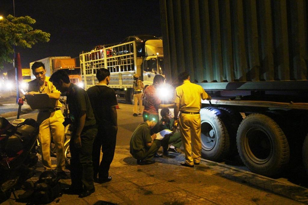 Truy đuổi xe container bỏ chạy sau tai nạn chết người - 3