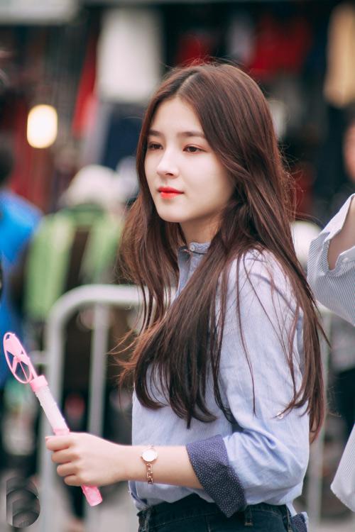 Cô gái 17 tuổi gây xôn xao phố đi bộ Hà Nội vì quá xinh đẹp - 2