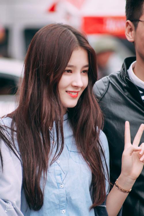 Cô gái 17 tuổi gây xôn xao phố đi bộ Hà Nội vì quá xinh đẹp - 4