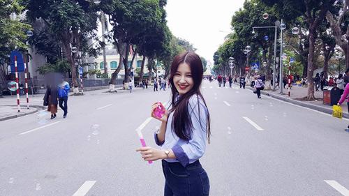 Cô gái 17 tuổi gây xôn xao phố đi bộ Hà Nội vì quá xinh đẹp - 7