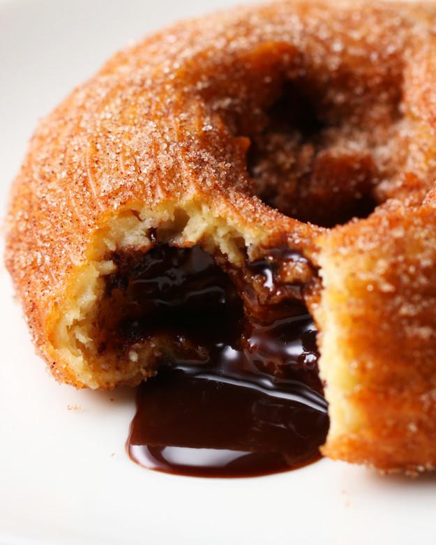 Bánh donut nhân socola giòn tan, ngọt ngon khó cưỡng - 1