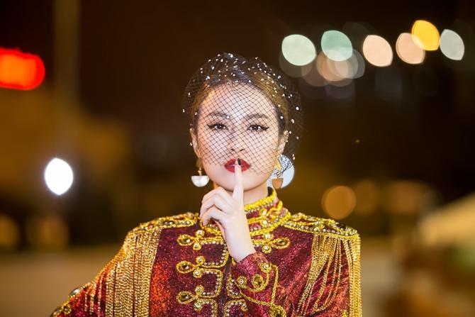 Hoàng Thùy Linh diện ''căng đét'' múa cột sexy trong giá rét - 1