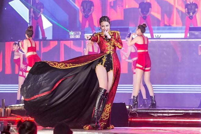 Hoàng Thùy Linh diện ''căng đét'' múa cột sexy trong giá rét - 4