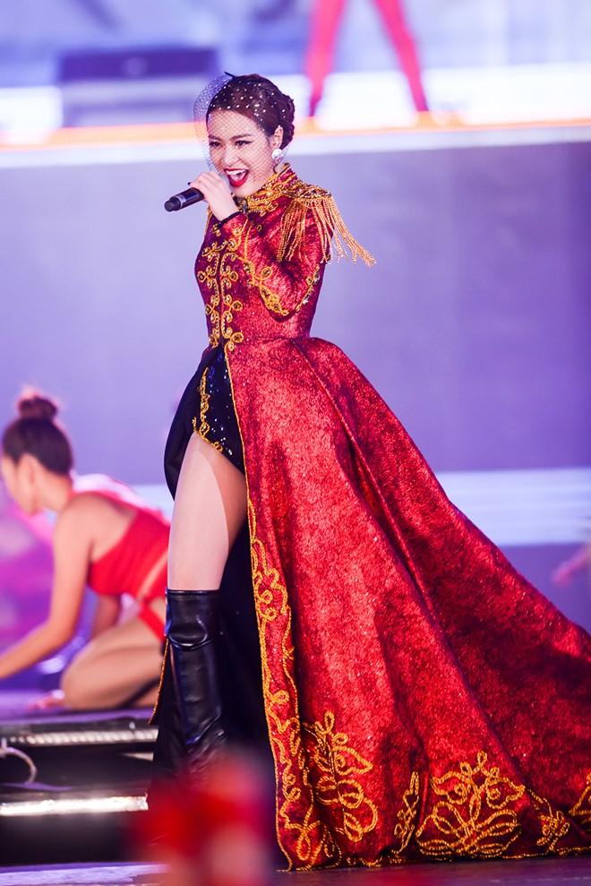 Hoàng Thùy Linh diện ''căng đét'' múa cột sexy trong giá rét - 5