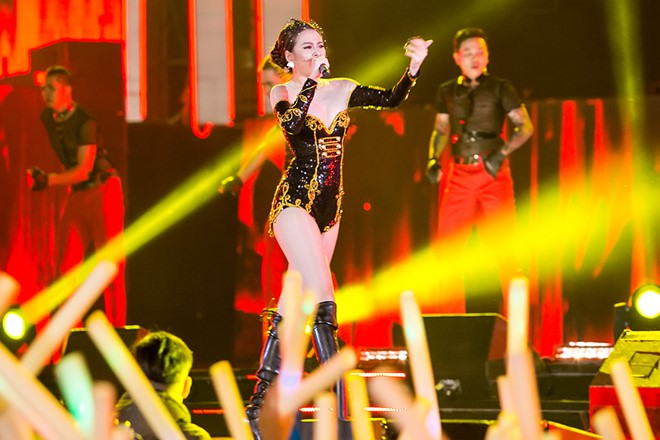 Hoàng Thùy Linh diện ''căng đét'' múa cột sexy trong giá rét - 6
