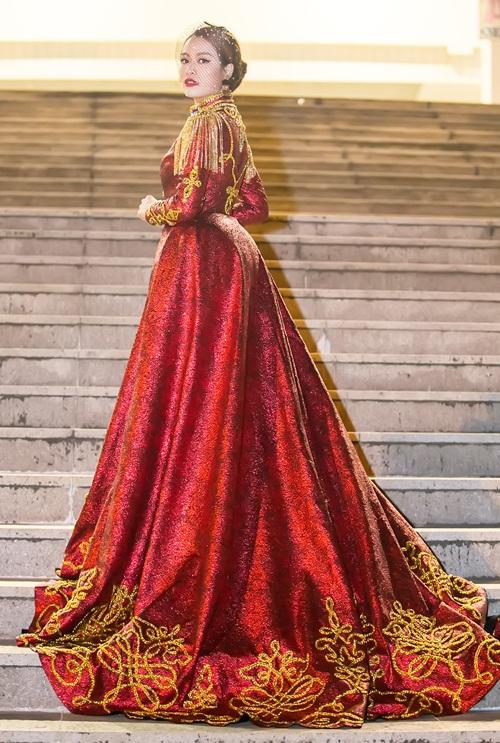 Hoàng Thùy Linh diện ''căng đét'' múa cột sexy trong giá rét - 2