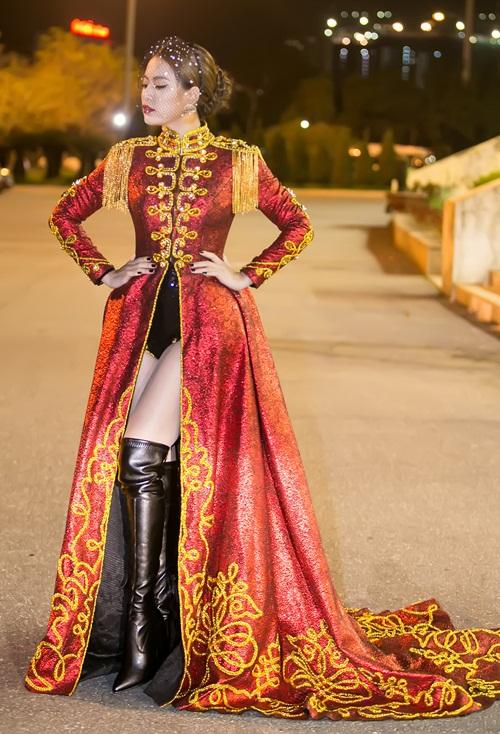 Hoàng Thùy Linh diện ''căng đét'' múa cột sexy trong giá rét - 3