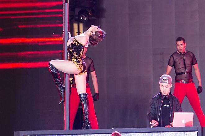 Hoàng Thùy Linh diện ''căng đét'' múa cột sexy trong giá rét - 7