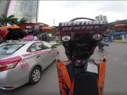 Thanh niên liều lĩnh bốc đầu xe phân khối lớn trên phố