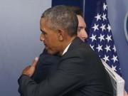 Nhân viên Nhà Trắng ôm Obama lần cuối từ biệt
