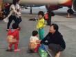 """""""Choáng"""" cảnh tụt quần cho trẻ tè bậy cạnh máy bay"""
