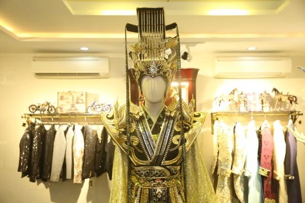 Ngắm gần Hoài Linh gầy gò diện phục trang táo quân nặng hơn 10kg - 1