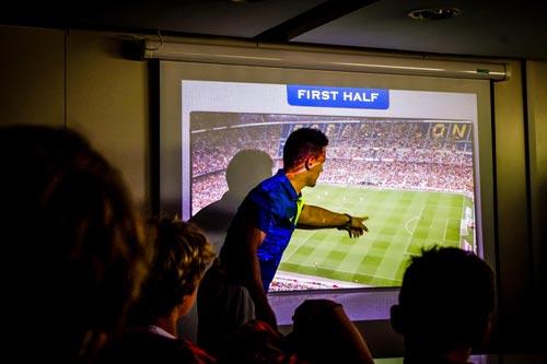Barcelona dạy trẻ con cách chiến thắng: Gạt tự ái đi - 2