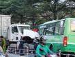 TP.HCM: Xe container tông xe buýt, ít nhất 9 người bị thương