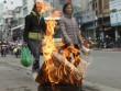 """HN: """"Đô la, vàng thỏi"""" cháy trên vỉa hè tiễn Táo quân"""