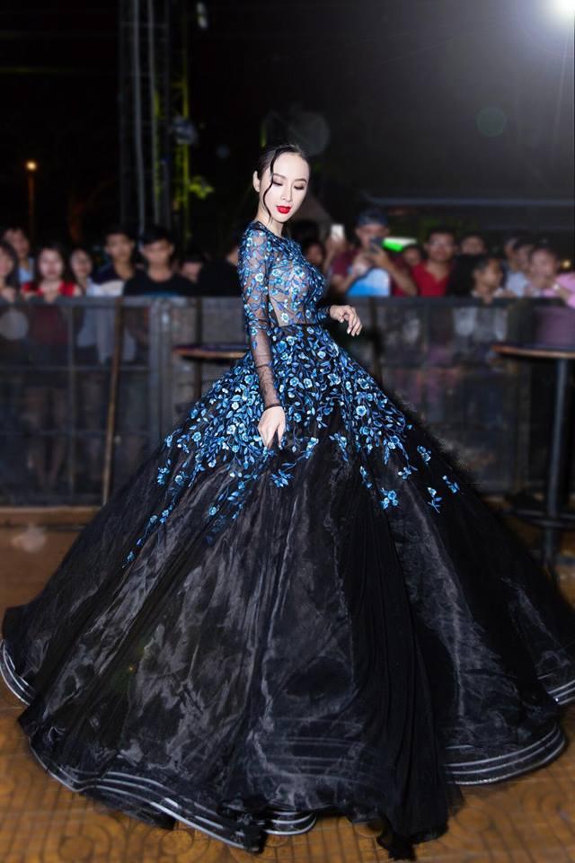 """Elly Trần - HH Mỹ Linh """"đụng hàng"""" yếm cách tân, ai sexy hơn? - 1"""