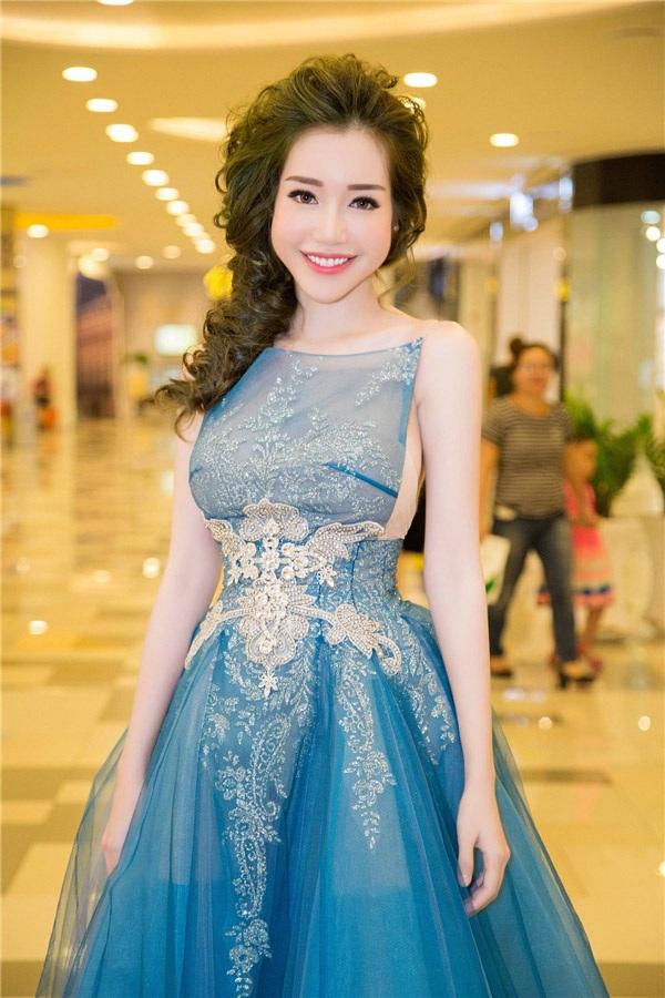 """Elly Trần - HH Mỹ Linh """"đụng hàng"""" yếm cách tân, ai sexy hơn? - 6"""