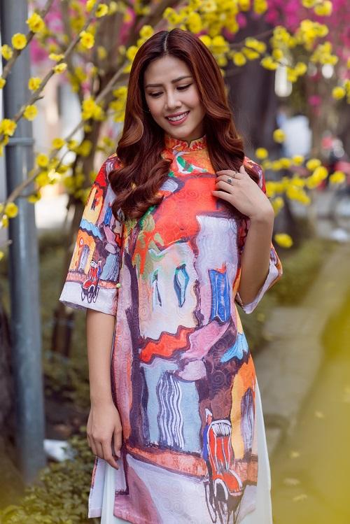 Nguyễn Thị Loan rạng rỡ đón Tết sớm trên phố ngập hoa - 1