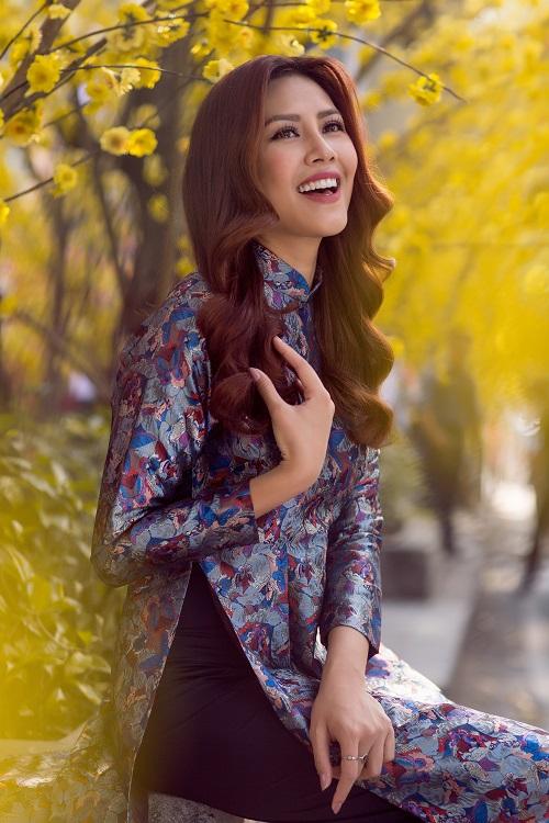 Nguyễn Thị Loan rạng rỡ đón Tết sớm trên phố ngập hoa - 4