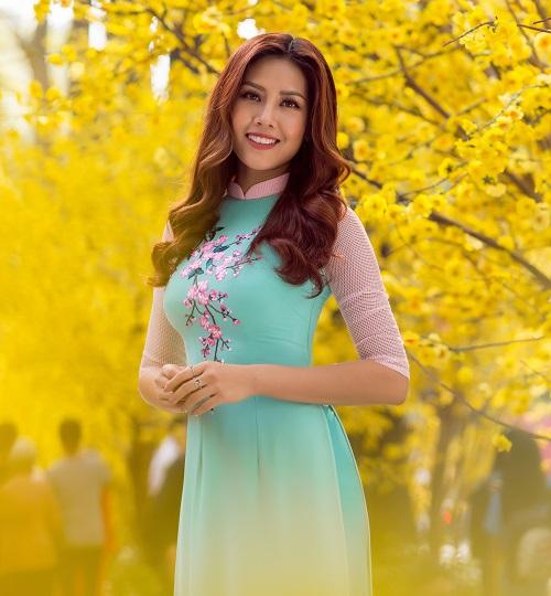 Nguyễn Thị Loan rạng rỡ đón Tết sớm trên phố ngập hoa - 6