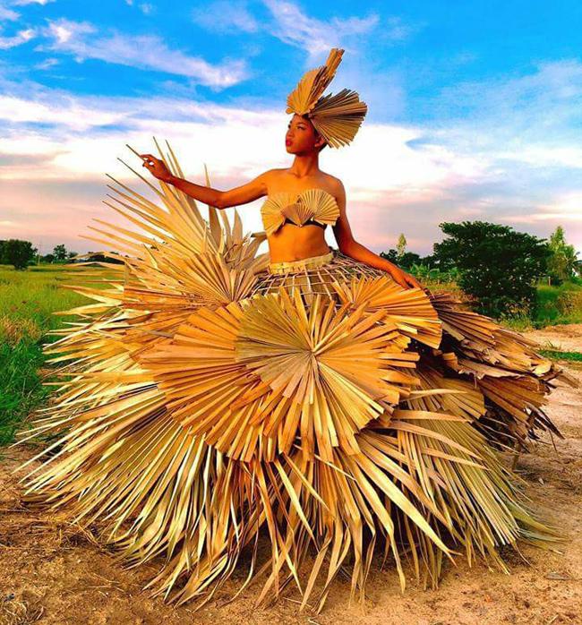 Bộ váy được làm từ lá cọ.