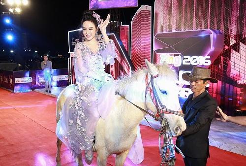 """Khoảnh khắc """"bung lụa"""" của kiều nữ Việt trên lưng ngựa - 1"""