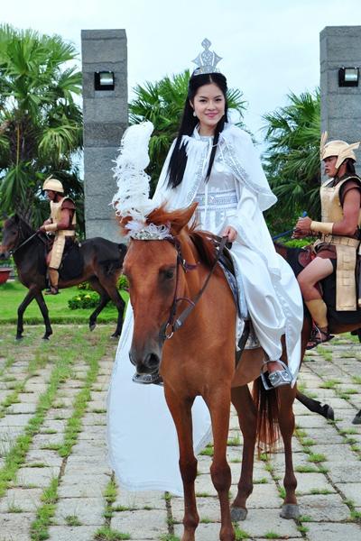 """Khoảnh khắc """"bung lụa"""" của kiều nữ Việt trên lưng ngựa - 3"""