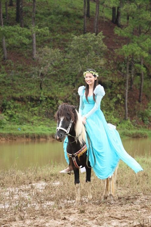 """Khoảnh khắc """"bung lụa"""" của kiều nữ Việt trên lưng ngựa - 4"""