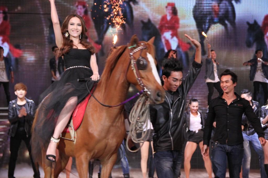 """Khoảnh khắc """"bung lụa"""" của kiều nữ Việt trên lưng ngựa - 8"""
