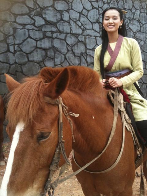 """Khoảnh khắc """"bung lụa"""" của kiều nữ Việt trên lưng ngựa - 13"""