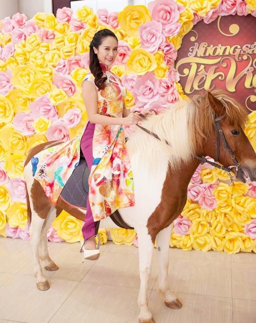 """Khoảnh khắc """"bung lụa"""" của kiều nữ Việt trên lưng ngựa - 14"""