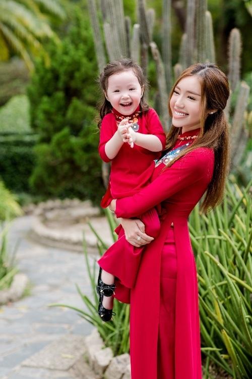 Elly Trần xinh như tiên nữ, cùng con gái rạng rỡ du xuân - 6