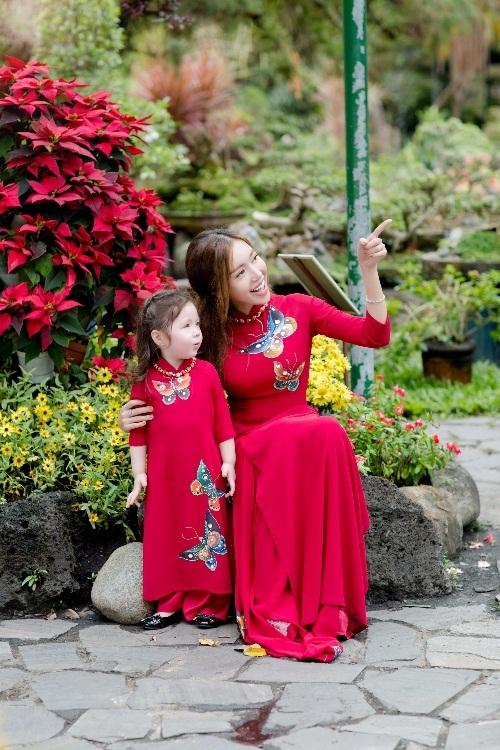 Elly Trần xinh như tiên nữ, cùng con gái rạng rỡ du xuân - 4