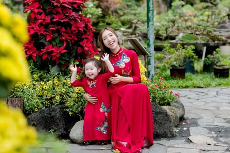 Elly Trần xinh như tiên nữ, cùng con gái rạng rỡ du xuân - 10
