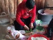Chồng đại gia U60 của Phan Như Thảo vừa trông con vừa gói bánh chưng