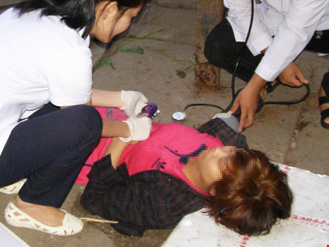 5 bước sơ cứu nạn nhân bất tỉnh do chen lấn, chờ đợi - 2