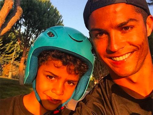 Ronaldo và quý tử: Cặp bố con sang chảnh bậc nhất làng túc cầu - 2