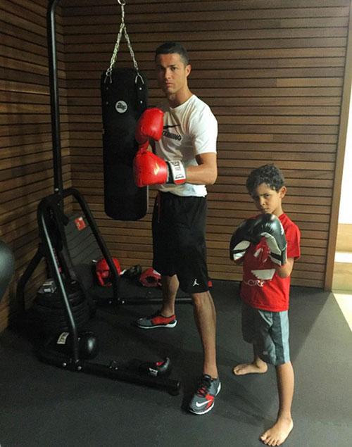 Ronaldo và quý tử: Cặp bố con sang chảnh bậc nhất làng túc cầu - 6