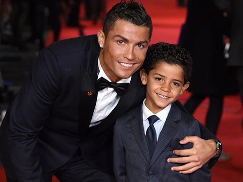 Ronaldo và quý tử: Cặp bố con sang chảnh bậc nhất làng túc cầu - 4