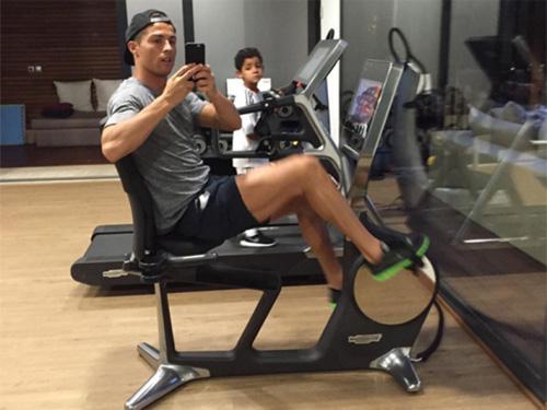 Ronaldo và quý tử: Cặp bố con sang chảnh bậc nhất làng túc cầu - 5