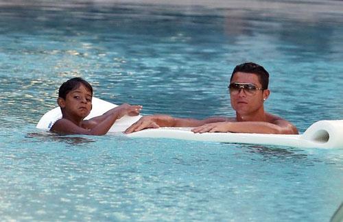 Ronaldo và quý tử: Cặp bố con sang chảnh bậc nhất làng túc cầu - 9