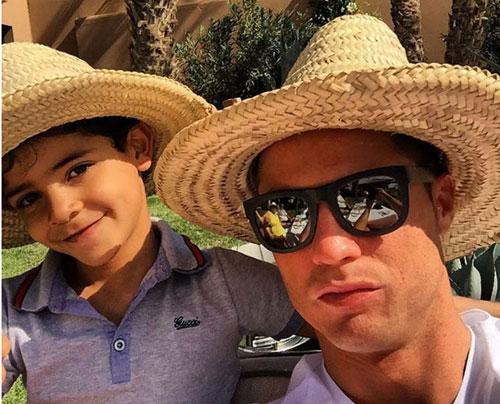 Ronaldo và quý tử: Cặp bố con sang chảnh bậc nhất làng túc cầu - 11