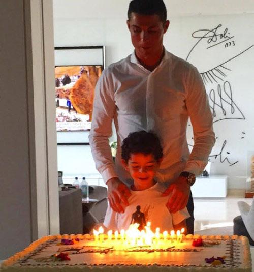 Ronaldo và quý tử: Cặp bố con sang chảnh bậc nhất làng túc cầu - 12